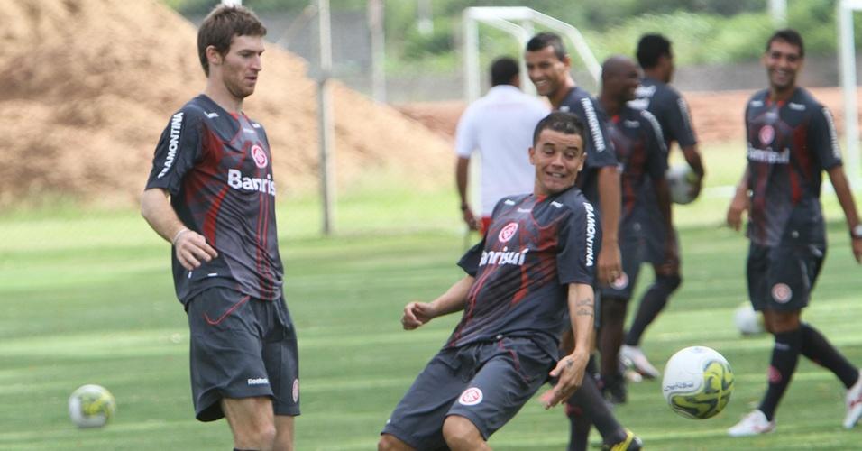 No primeiro treino de Mario Bolatti  no Inter, jogador aquece com o amigo D'Alessandro