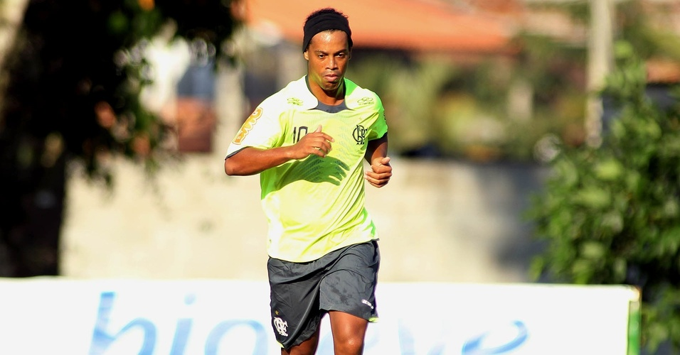 Ronaldinho Gaúcho em ação durante treino do Flamengo no Ninho do Urubu