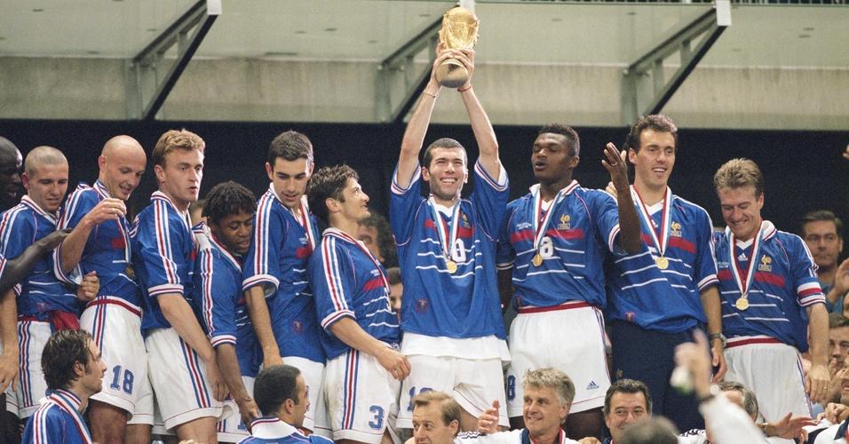 Zidane (centro) levanta o troféu de campeão da Copa do Mundo de 1998