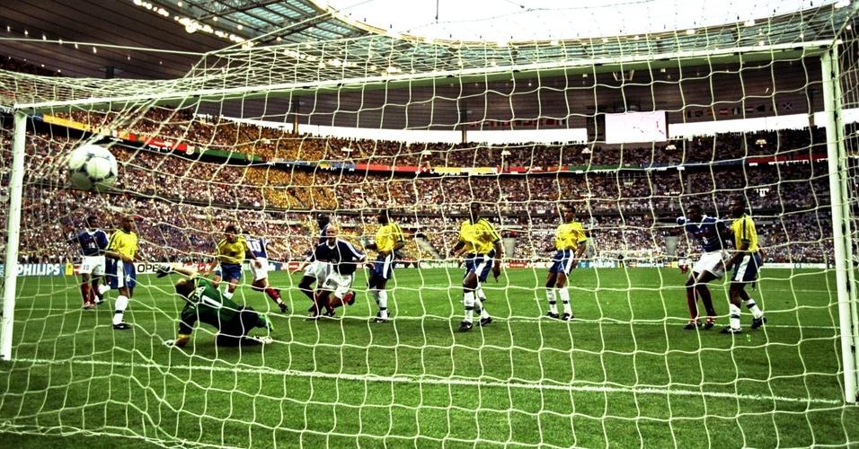 Zidane supera a defesa brasileira e faz o primeiro gol na vitória da França na final da Copa do Mundo de 1998