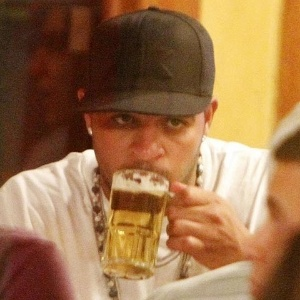 Adriano bebe chope em churrascaria do Rio de Janeiro