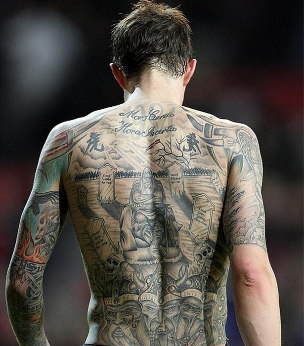 Daniel Agger, zagueiro do Liverpool, e suas tatuagens nas costas
