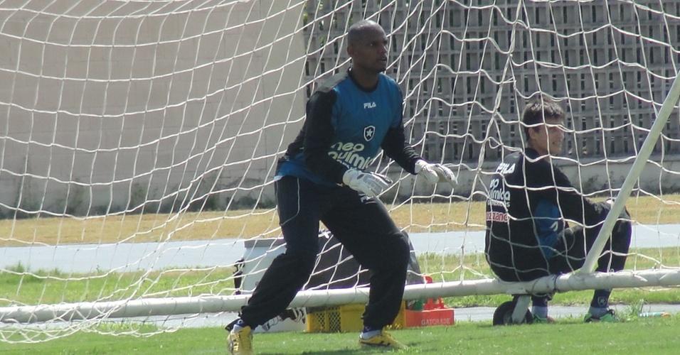 Goleiro Jefferson se prepara para fazer uma defesa durante treino do Botafogo