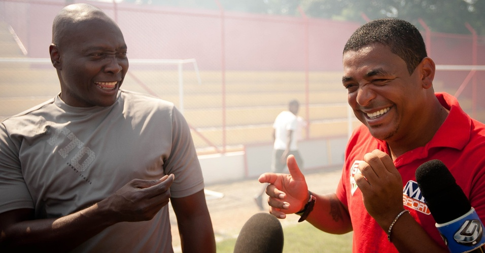 Rincón fala com Vampeta antes de partida pela Série A3