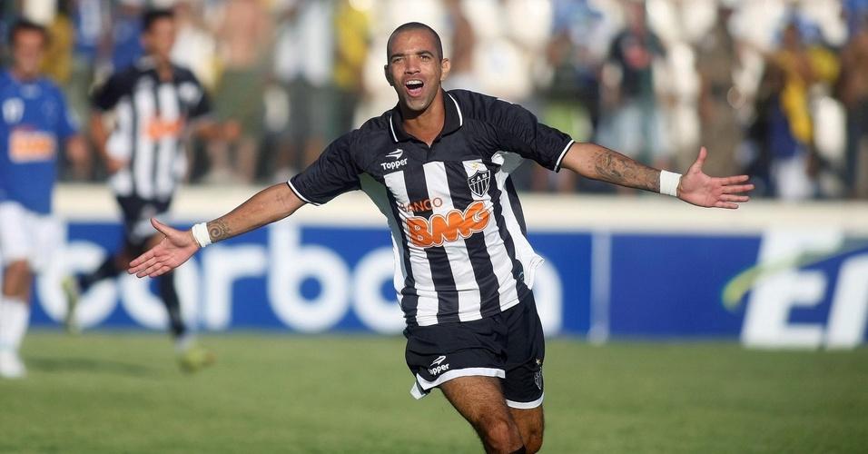 Diego Tardelli comemora um dos três gols que marcou pelo Atlético-MG no clássico contra o Cruzeiro