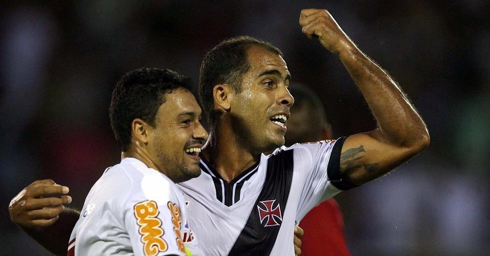Felipe e Éder Luís comemoram um dos gols na goleada do Vasco por 9 a 0 sobre o América