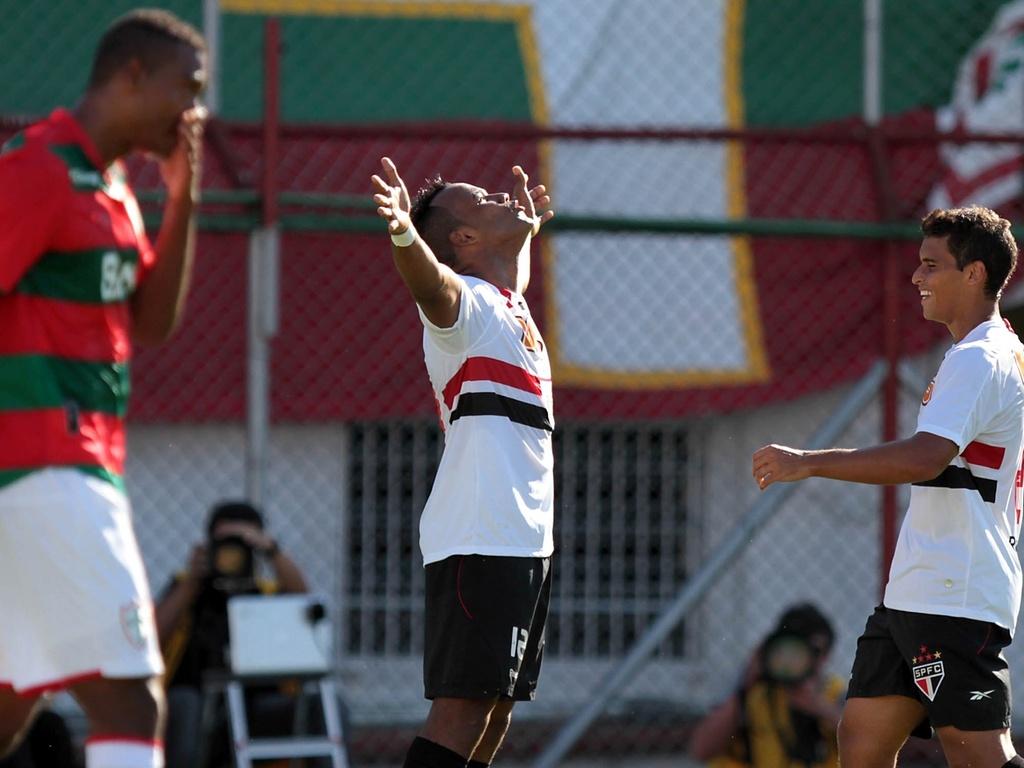Fernandinho celebra gol na partida entre São Paulo x Portuguesa