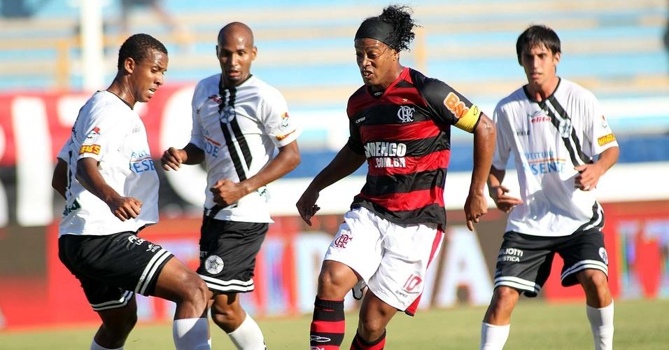 Ronaldinho Gaúcho tenta jogada no Flamengo x Resende