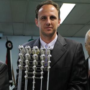 Rogério Ceni recebe a polêmica Taça das Bolinhas, que com a decisão da CBF fica com o São Paulo
