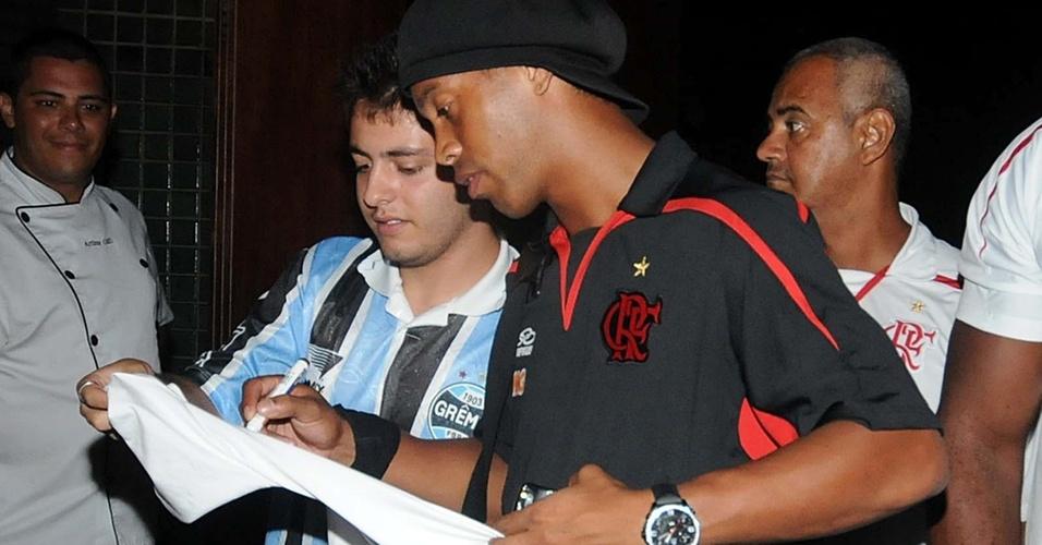 Ronaldinho dá autógrafo a torcedor com camisa do Grêmio