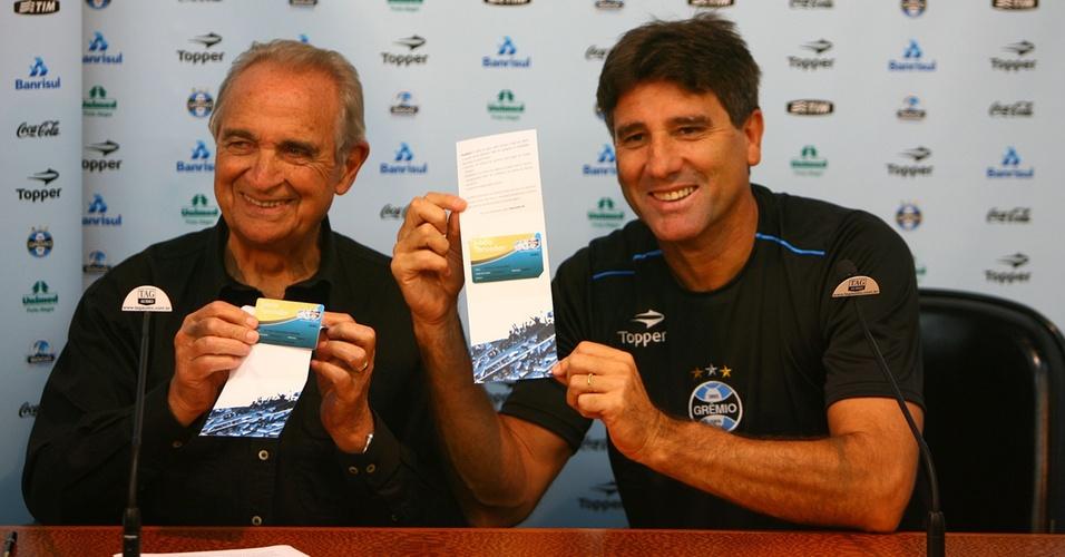 Superintendente de futebol do Grêmio, Antônio Carlos Verardi, e o técnico Renato Gaúcho durante cerminônia de ssociação