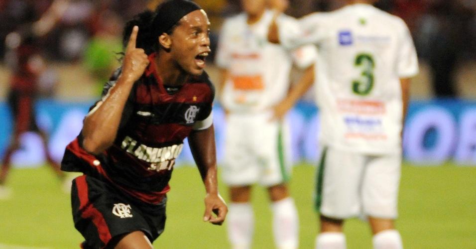 Ronaldinho Gaúcho comemora após marcar o seu segundo gol com a camisa do Flamengo contra o Murici, pela Copa do Brasil