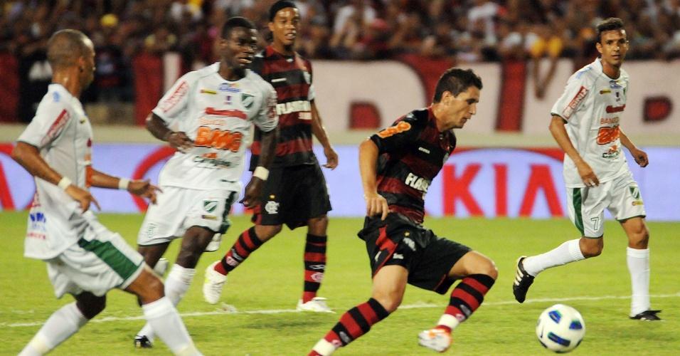 Ronaldinho Gaúcho observa jogada de Thiago Neves na partida do Flamengo contra o Murici pela Copa do Brasil