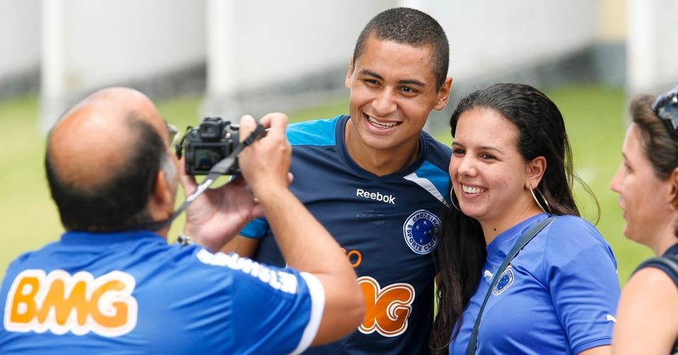 Wellington Paulista posa para foto na Toca da Raposa II