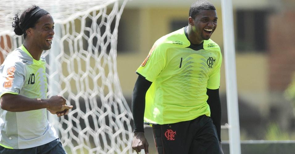 Ronaldinho e Felipe riem durante treino do Flamengo