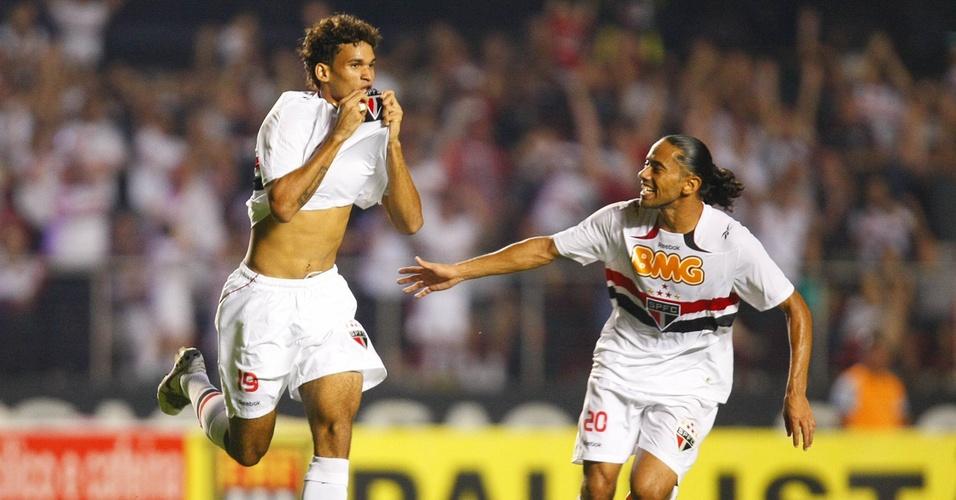Willian José (esq) comemora ao lado de Carlinhos Paraíba gol contra o Bragantino no Paulistão