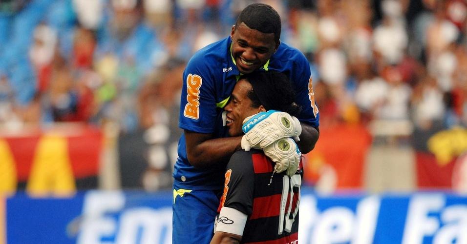 Felipe comemora com Ronaldinho Gaúcho a classificação do Flamengo para a final da Taça Guanabara