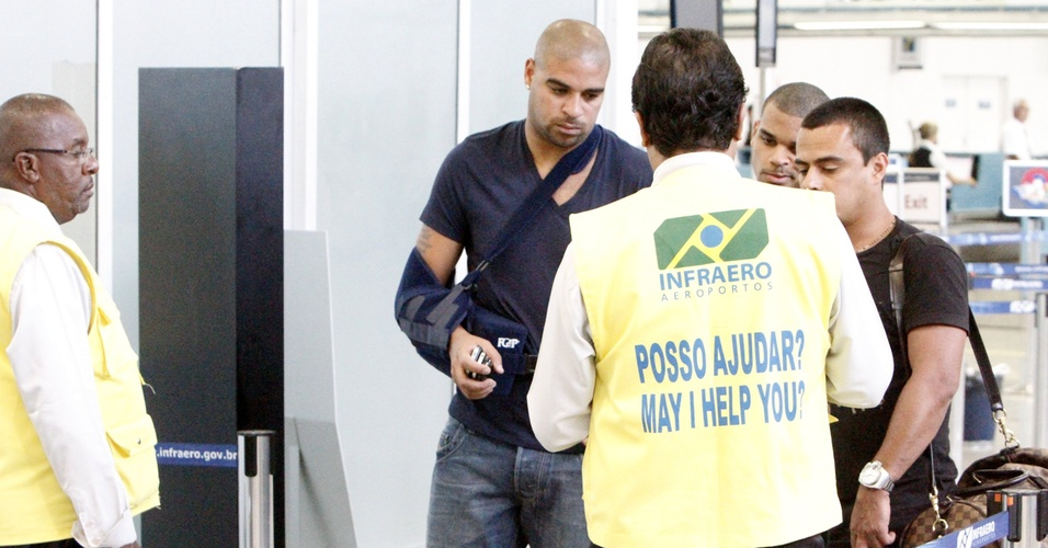 Adriano embarca para a Itália após período no Brasil para recuperação de cirurgia no ombro
