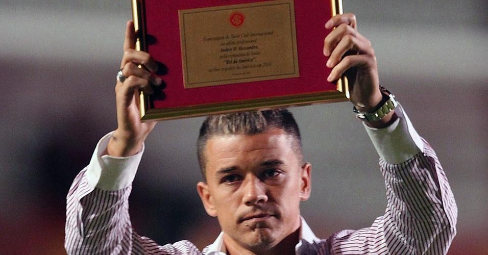 Eleito 'Rei da América' pelo jornal uruguaio El País, D'Alessandro recebe placa antes da partida do Inter contra o Jaguares, no Beira-Rio