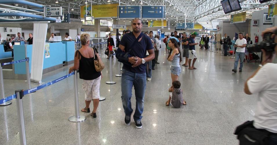 No aeroporto internacional do Rio de Janeiro, atacante Adriano se irrita com assédio da imprensa antes de seu embarque para a Itália