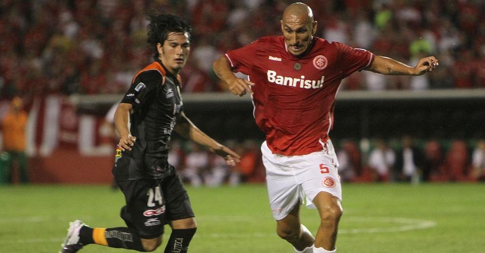 Volante Guiñazu na partida contra o Jaguares do México pela Libertadores