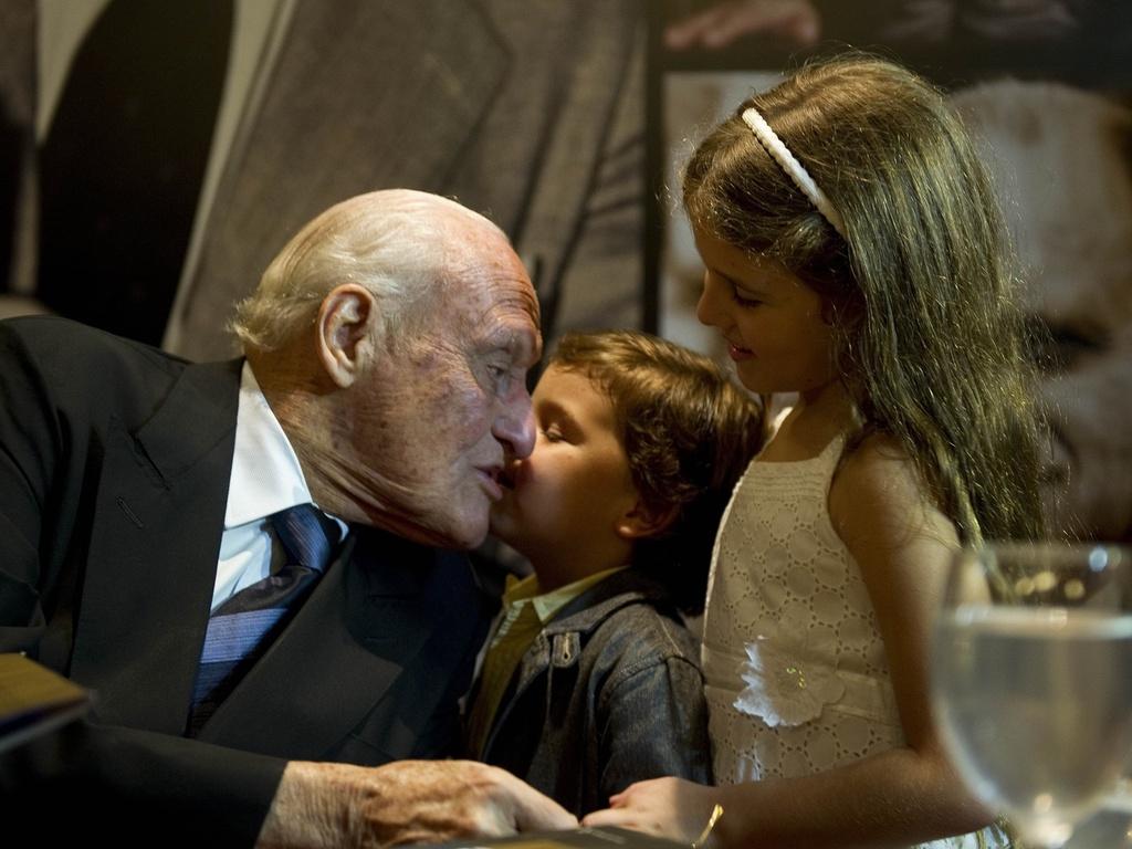 Presidente de honra da Fifa, João Havelange recebe o carinhos dos bisnetos Roberto e Julia no lançamento de sua biografia