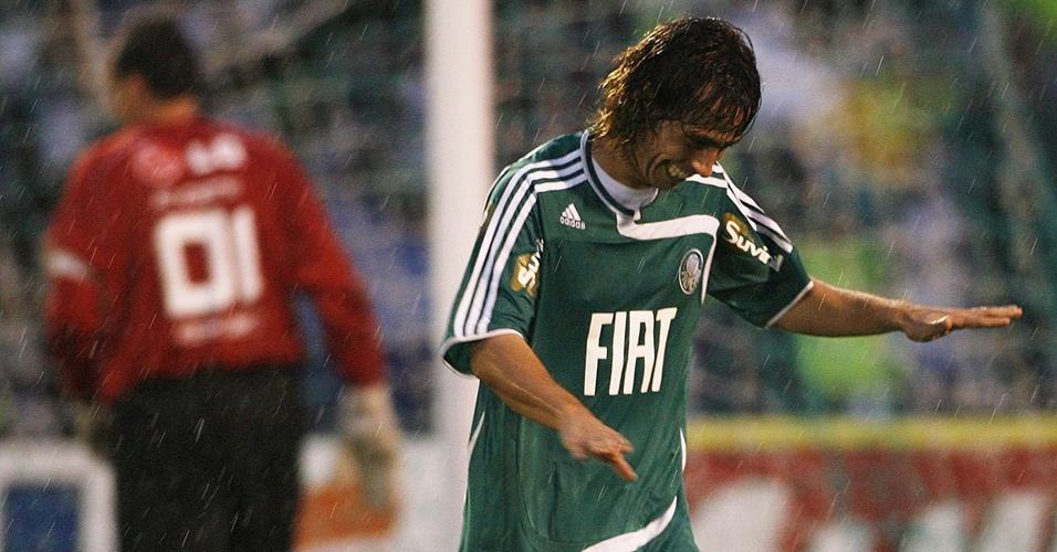 Rogério Ceni (e) lamenta, enquanto Valdivia comemora seu gol pelo Palmeiras contra o São Paulo no Paulista de 2008