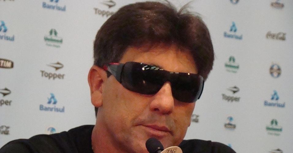 Renato Gaúcho concede entrevista coletiva de óculos escuros no Grêmio