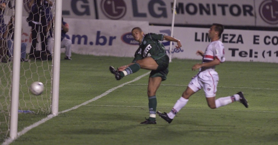 Alex marca golaço no jogo Palmeiras x São Paulo, em 2002
