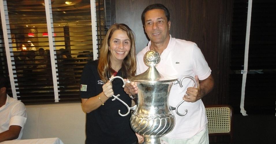 Presidente Patricia Amorim e o técnico Vanderlei Luxemburgo com o troféu da Taça Guanabara