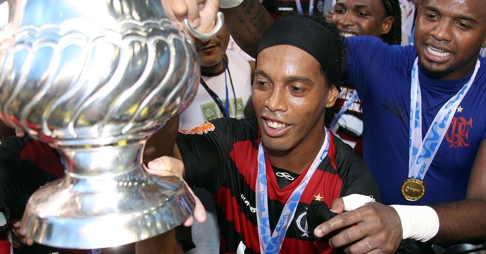 Ronaldinho Gaúcho com o troféu da Taça Guanabara