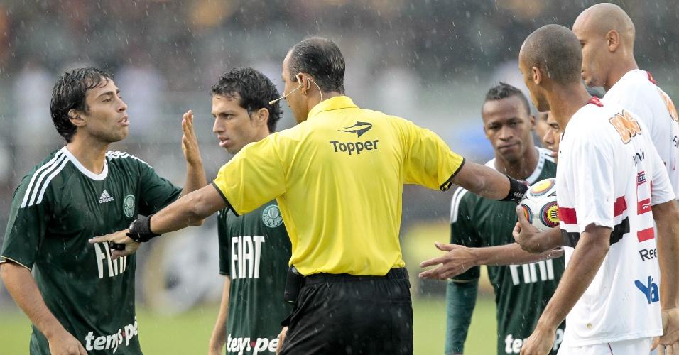 Valdivia bate boca com Miranda no clássico Palmeiras x São Paulo