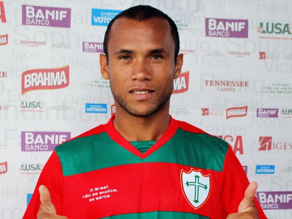 Ananias veste a camisa da Portuguesa