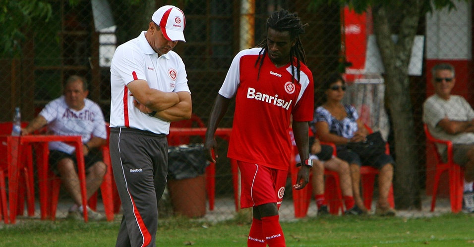 Técnico do Inter Celso Roth e o volante Tinga conversam durante treinamento