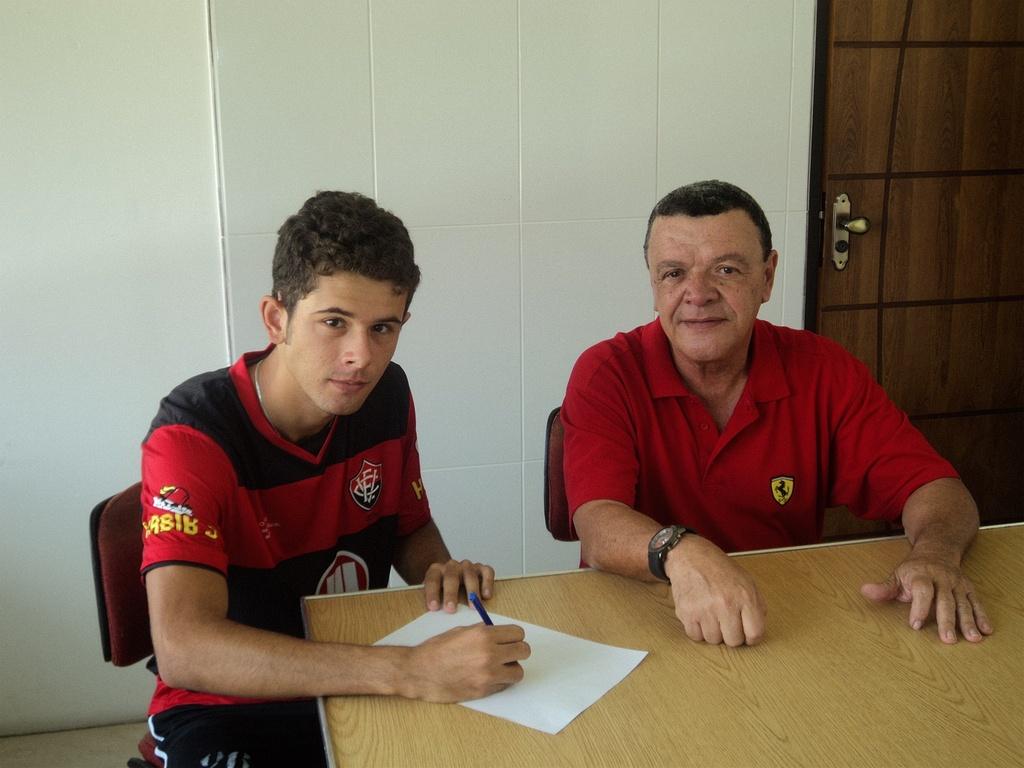 Vitor Saba assina contrato com o Vitória