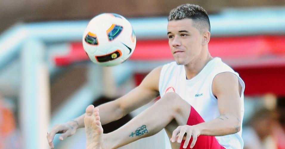 Buscando recuperação de lesão no pé, D'Alessandro do Inter bateu bola no gramado do Beira-Rio