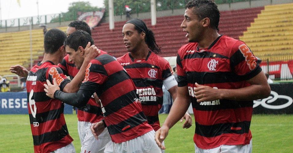 Jogadores do Flamengo comemoram o primeiro gol de Thiago Neves na vitória do Flamengo sobre o Olaria