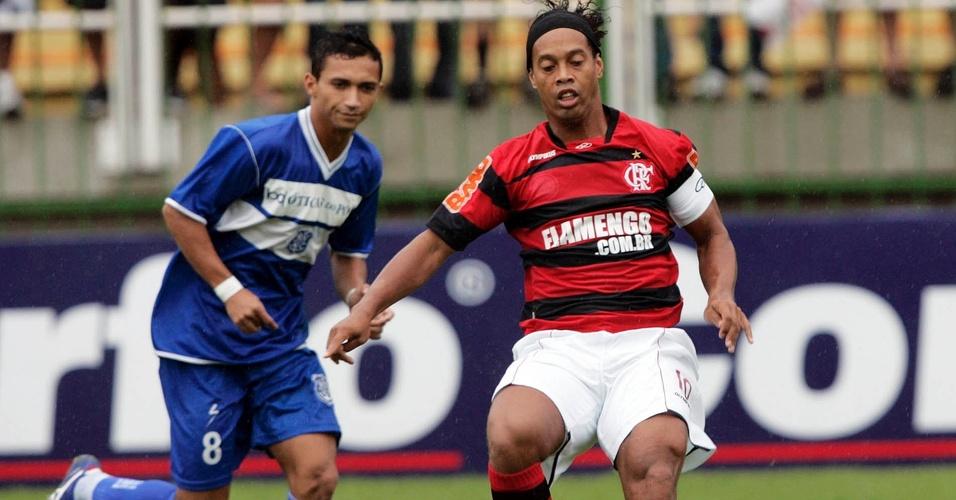Ronaldinho domina a bola no jogo entre Flamengo e Olaria pela Taça Rio
