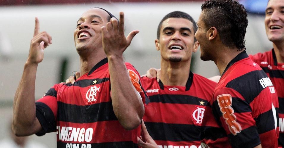 Ronaldinho celebra seu gol na vitória do Flamengo sobre o Olaria na Taça Rio
