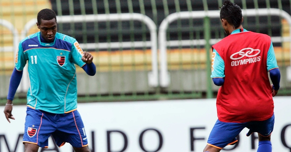 Renato Abreu tenta driblar Leonardo Moura durante treino do Flamengo