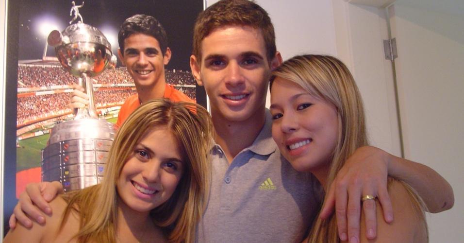 Meia Oscar do Inter com a irmã Gabrieli Emboaba (esq) e com a esposa Ludimila Emboaba (dir) em casa
