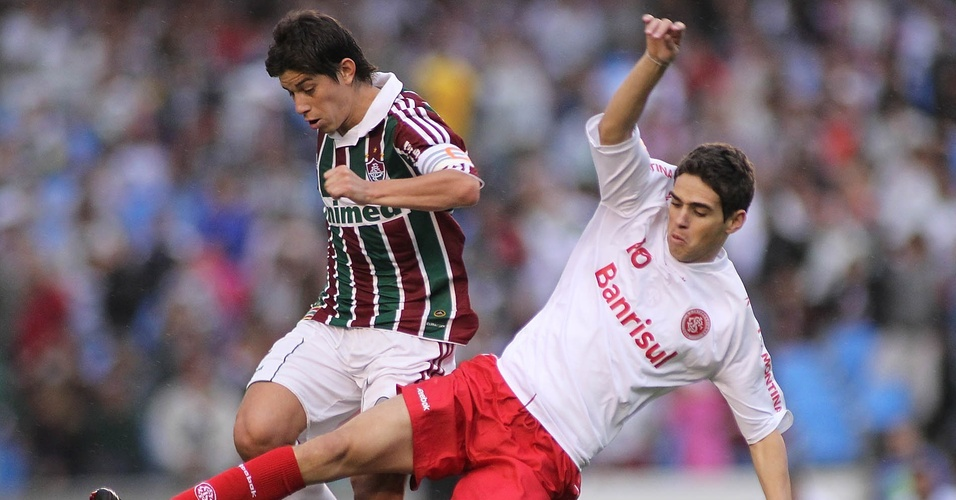 Oscar marcando Conca na partida entre Inter e Fluminense pelo Brasileiro 2010