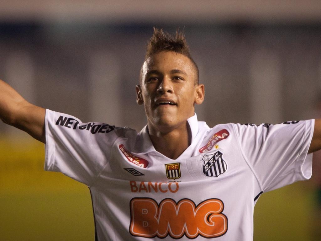 Neymar comemora gol contra a Portuguesa