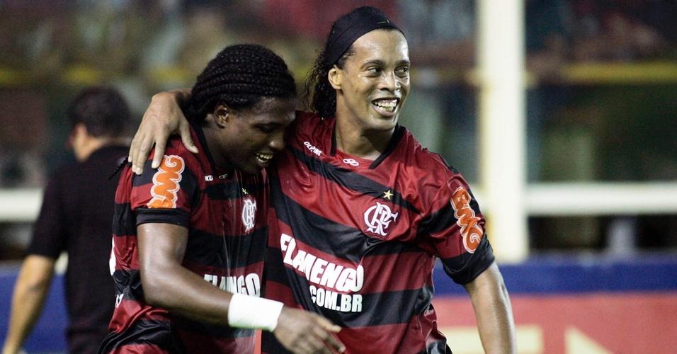 Diego Maurício comemora com Ronaldinho seu gol no último minuto contra o Bangu, que garantiu a vitória do Flamengo