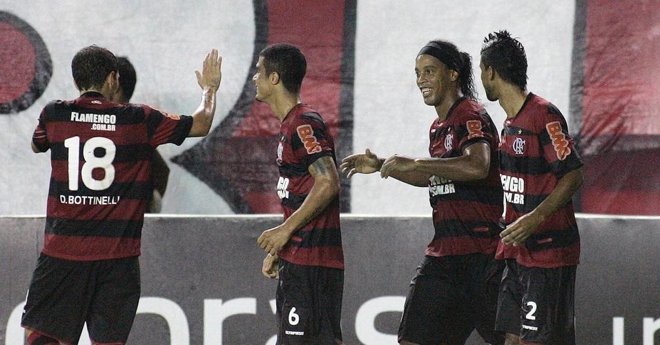 Ronaldinho Gaúcho e os companheiros comemoram gol do Flamengo contra o Bangu