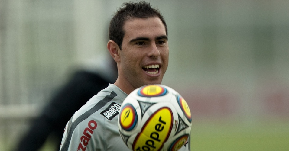 Bruno César sorri durante treino do Corinthians