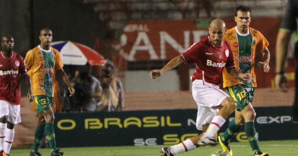 Volante Guiñazu do Inter contra o Ypiranga na estreia do segundo turno do Gauchão