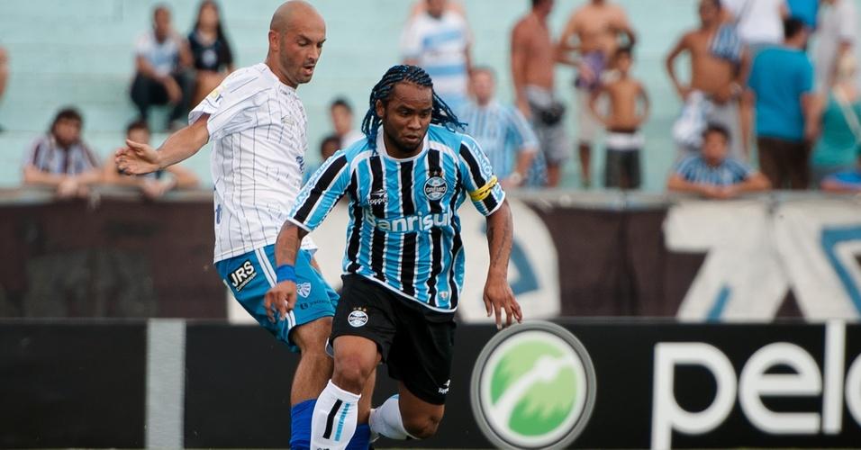 Carlos Alberto disputa jogada contra o Cruzeiro-RS, em jogo do Grêmio