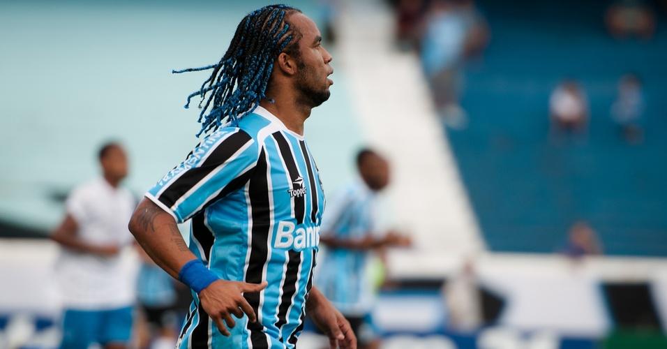 Carlos Alberto estreia trancinhas azuis em jogo do Grêmio contra o Cruzeiro-RS