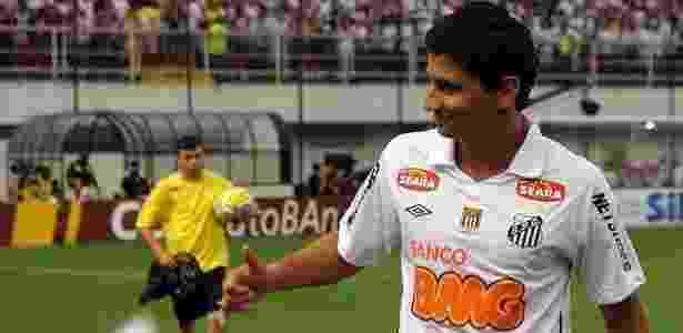 Ganso acena para a torcida no gramado da Vila Belmiro antes de jogo do Santos - Bruno Miani/UOL